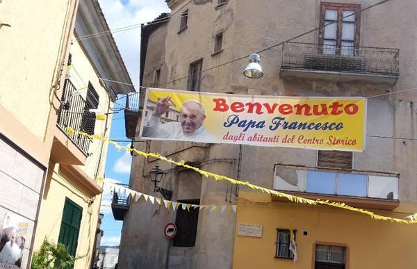 Papa a Cassano: striscioni e bandiere, 'benvenuto Francesco'