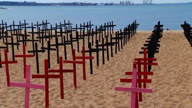 760 cruzes foram fincadas na areia da Praia de Camburi, em Vitória, no dia 9 junho último