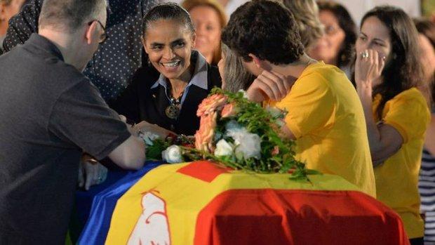 Marina debruçada sobre o caixão de Eduardo Campos