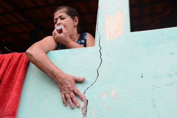 """A comerciante Terezinha de Jesus Rodrigues, 60 anos, tem problemas respiratórios e sua casa tem várias rachaduras. """"Quando eles explodem, parece um terremoto"""""""
