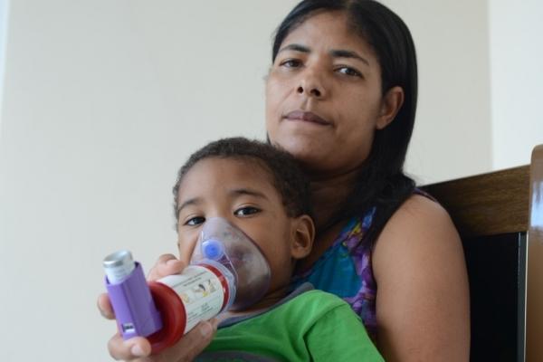 """Miqueias, de dois anos, deixa de ir à creche por conta da bronquite asmática. """"Ele tem crises de asma, vive sofrendo com o pó"""", conta a mãe, a dona de casa Zelina Márcia do Amaral"""