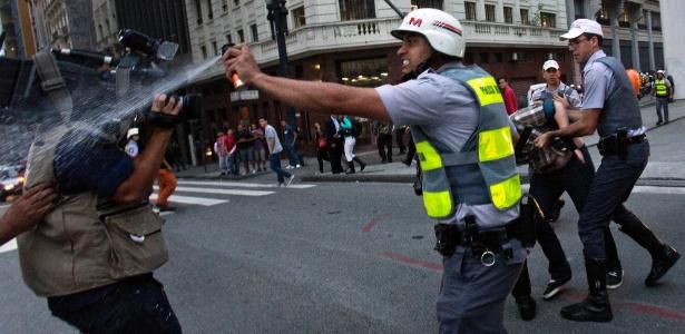 Soldado de Alckmin ataca um cinegrafista