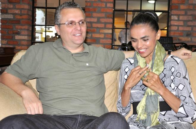 Fábio Vaz e Marina Silva. O coque fica para as fotos oficiais, solenidades, comícios e entrevistas.