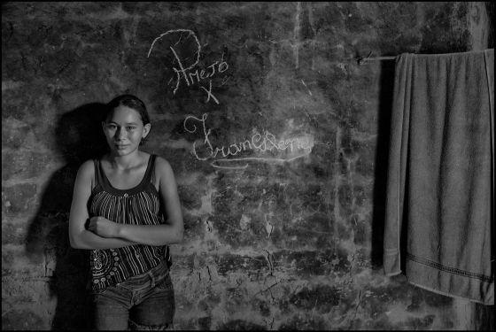 Francilene, 14 anos, ao lado de uma inscrição com o nome dela e do marido: ALEX ALMEIDA