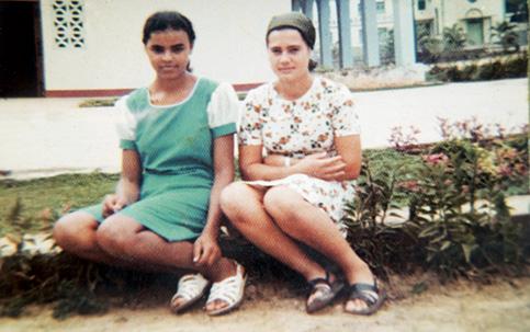 Marina e a amiga  Dilma no convento em Rio Branco., com o mesmo vestido verde claro