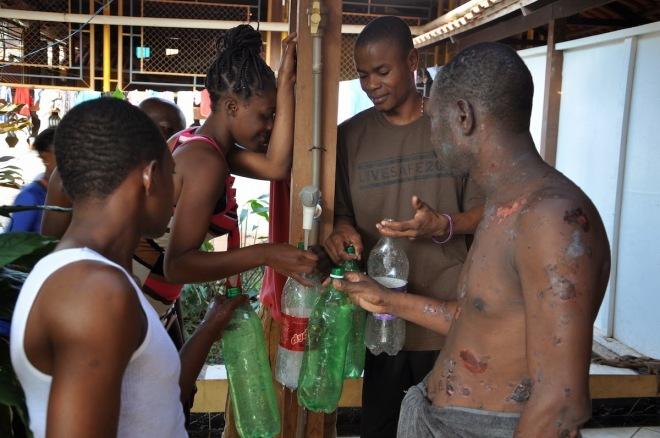 No abrigo, haitianos armazenam água potável em garrafas