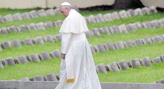 O papa Francisco no cemitério de Fogliano Redipuglia. DANIEL DAL ZENNARO (EFE)