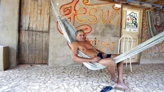 Pedro Augusto, 87 anos, pai de Marina Silva, há 36 anos vive em uma favela do Rio Branco, Acre. Apesar da filha rica e poderosa, jamais foi assaltado ou sofreu ameaça de sequestro.
