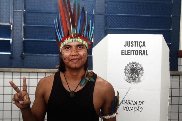 A diversidade do Brasil, mostrou-se nas urnas: índio da tribo Ticuna, no Estado de Manaus, junto a uma mesa de voto foto EPA/DIEGO JANATA