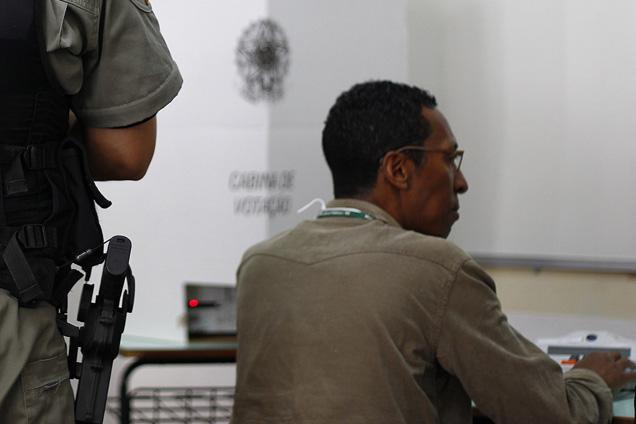 Detido no Presidio Central, em Porto Alegre, votou vigiado pela polícia foto AFP PHOTO/LUCAS UEBEL