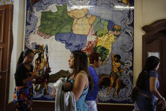 O mapa no interior de escola do rio de Janeiro, domingo feita mesa de voto, mostra imensidão do Brasil, com 200 milhões de habitantes foto PILAR OLIVARES/REUTERS