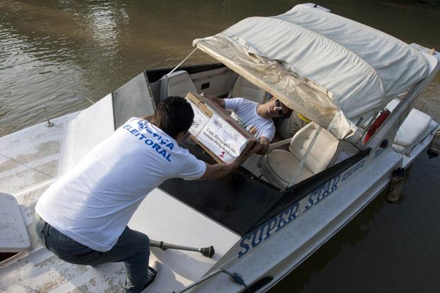 As urnas e voto chegaram à Ilha Grande, atravessando o Amazonas, desde Belém foto PAULO SANTOS/REUTERS