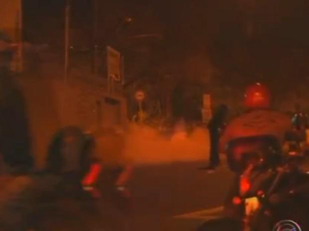 Bombas contra o povo de gás lacrimogêneo.