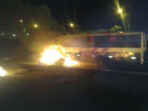 Ônibus é queimado durante protesto. Foto: Diogo Nascimento