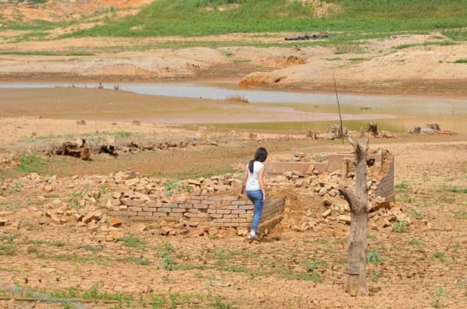 Mulher caminha por trecho seco do sistema Cantareira