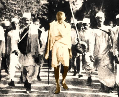 Gandhi em uma das caminhadas em que protestou contra as imposições inglesas na Índia