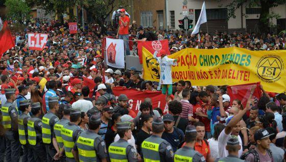 Grupo de sem-teto em protesto na zona oeste de São Paulo: NELSON ALMEIDA (AFP)