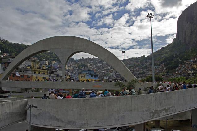 Junto à favela da Rocinha, no Rio de Janeiro, fez-se fila para votar foto VANDERLEI ALMEIDA/AFP