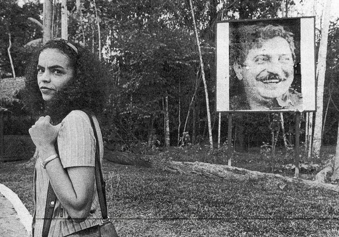 Marina, em Xapuri no Acre, diante da foto de Chico Mendes. Em Xapori trabalhava Fábio Vaz de Lima, como técnico agrícola.