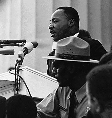 """Martin Luther King Jr. profere o seu famoso discurso """"Eu tenho um sonho"""" em agosto de 1963 frente ao Memorial Lincoln em Washington, durante a chamada """"marcha pelo emprego e pela liberdade"""", na luta contra o racismo, o apartheid"""