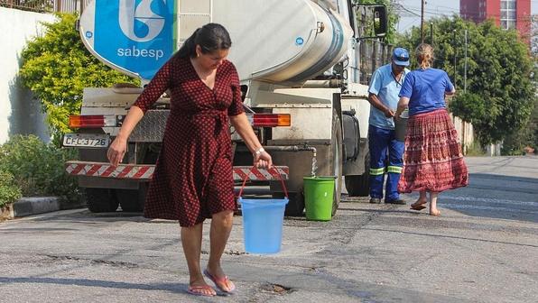 Moradores da Rua Niderau Flelix Machado, no bairro de Campo Grande, Zona Sul da cidade, estão sem abastecimento de água há quatro dias.  (Foto: MARCO AMBROSIO)