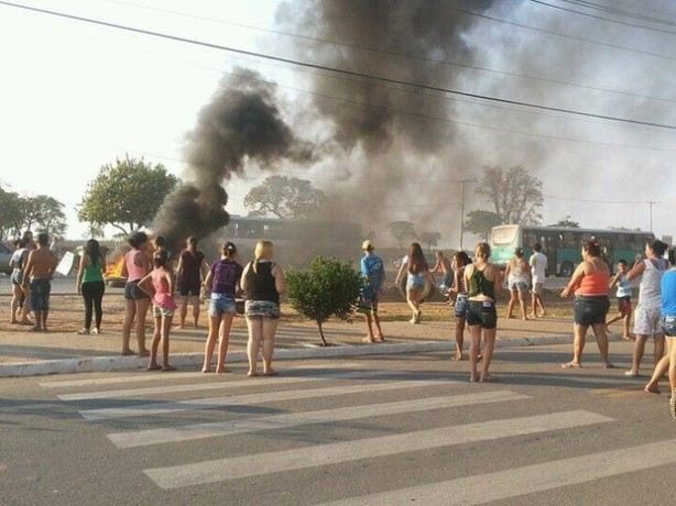 Moradores interditam rodovia em Itu (Foto: Rogério Frederico Barcelli