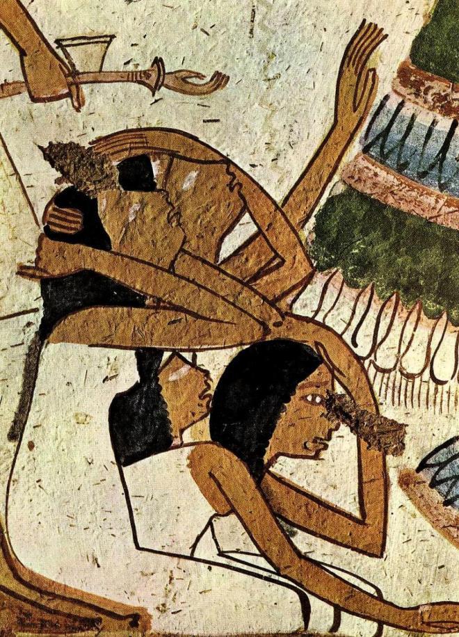 Ricardo da Costa: Detalhe de uma pintura mural do Egito antigo, tumba (Tebas) de Userhat (reinado de Amen-hotep II, XVIII dinastia, c. 1428 e 1397 a. C). São quatro mulheres de luto, vestidas de branco, sentadas, duas segurando a cabeça com as mãos e chorando compulsivamente. Elas também estão pegando pó para jogá-lo sobre suas cabeças, ato muito comum e recorrente nas sociedades pré-industriais. Todo esse pranto, toda essa dor pela perda do esposo não nos deve impressionar, insensíveis que nos tornamos. Nas sociedades pré-industriais, as pessoas sentiam as coisas muito mais intensamente do que nós hoje. Embrutecemos. O historiador Johan Huizinga (1872-1945), há quase cem anos, em sua famosa obra O Outono da Idade Média (1919) já alertara para a notável sensibilidade à flor da pele das culturas antigas, dos medievais: tudo era muito mais sentido, sofrido e regozijado.