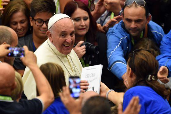 O papa Francisco durante um encontro, no sábado, com atletas paralímpicos no Vaticano: AFP