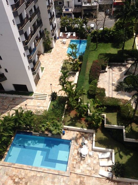 Condomínio onde Alckmin tem apartamento mantém 5 piscinas cheias, de acordo com o colunista Chico Felitti: http://uol.com/bjdYkY.