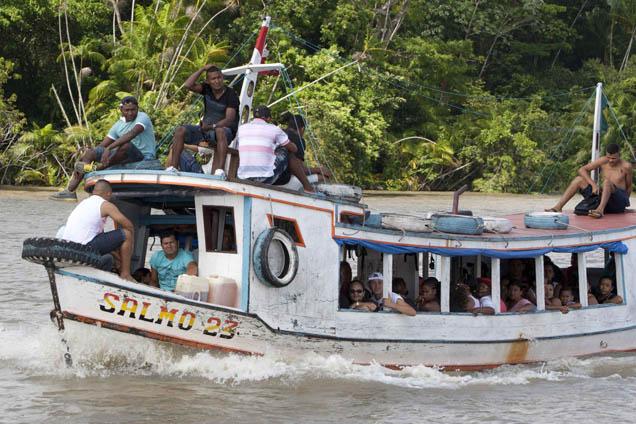 Quando se está perante a imensidão do Amazonas, o maior rio do Mundo, o barco é a melhor opção para ir votar foto PAULO SANTOS/REUTERS