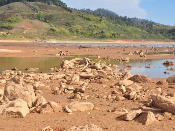 Represa de Ponte Nova, em Salesópolis, exibe pedras em seu leito. Foto: Edson Martins