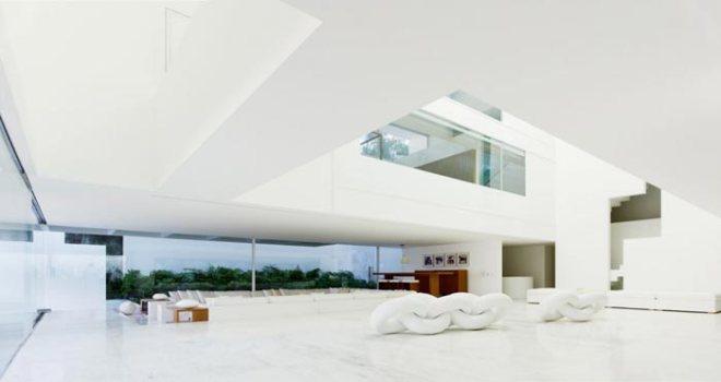 Obra millonaria. Las paredes blancas cambian de tonalidad con la luz