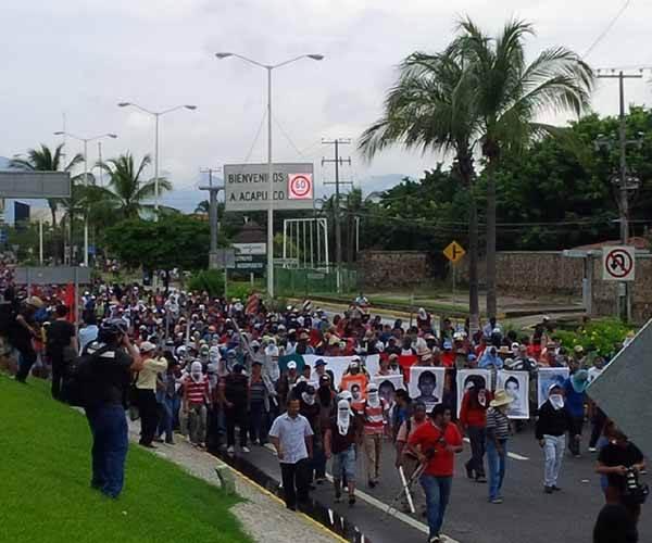 """Protestan y tomaron las instalaciones del aeropuerto internacional """"Juan Álvarez"""". Foto El Sol de Acapulco"""