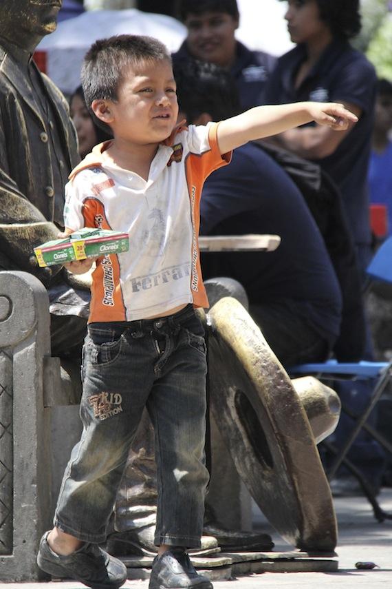 Pequeno vendedor de chicleetes. No México existem cerca de 45 mil crianças desaparecidas para explotação sexual ou tráfico de órgãos. Foto Cuartoscuro