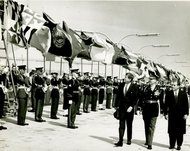 John F. Kennedy durante a visita do então presidente João Goulart aos Estados Unidos em 1962. Posteriormente descobriu-se que o presidente estadunidense planejava invadir militarmente o Brasil para depor o governo de Goulart.29 30