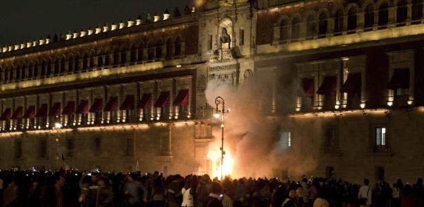 Manifestantes incendeiam porta do palácio presidencial no México