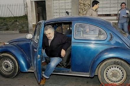 O presidente José Mujica dirige seu Fusca, que vale mil dólares