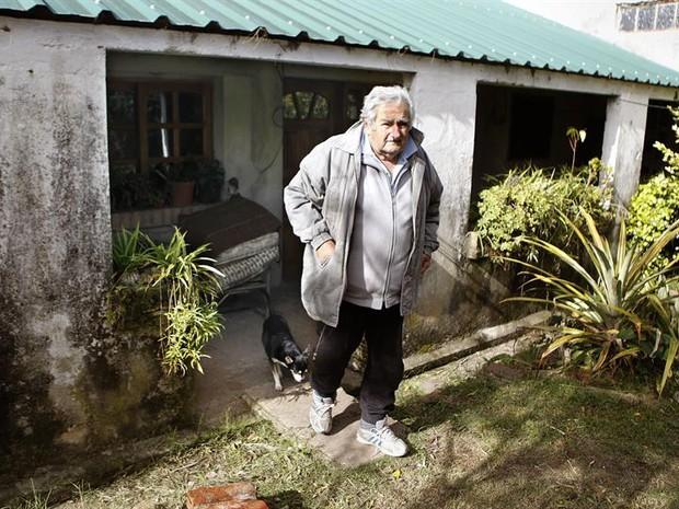 JOSÉ MUJICA, PRESIDENTE DO URUGUAI, EM SUA CASA (FOTO: AGÊNCIA EFE)