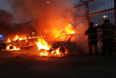 El fuego consumiendo los vehículos. (Rogelio Agustín Esteban)