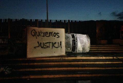 En uno de los vehículos los manifestantes escribieron un mensaje en el que demandan justicia. (José Antonio Belmont)