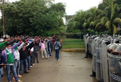 Acapulco. Elementos de la Policía Federal impiden el paso a normalistas (José Antonio Belmont)