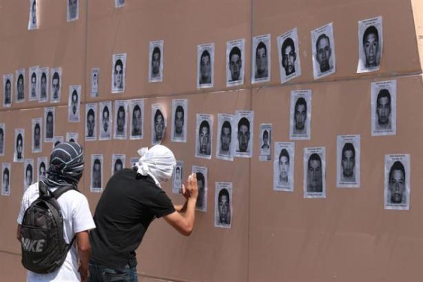 Retratos dos desaparecidos foram espalhados por diversos pontos da cidade de Iguala (Agência Efe)