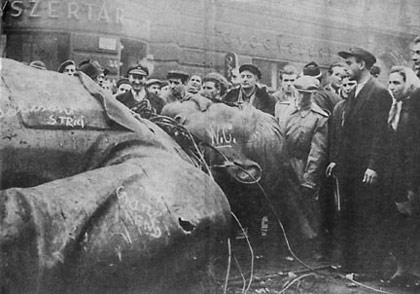 A estátua de Stálin derrubada pelo povo húngaro