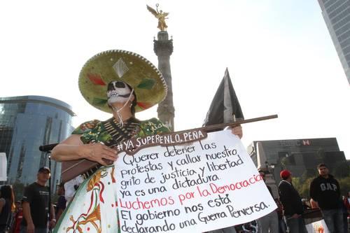 Diversas organizaciones marchan por Paseo de la Reforma hacia el Monumento a la Revolución, en una protesta encabezada por padres de los 43 normalistas de Ayotzinapa desaparecidos en septiembre pasadoFoto Roberto García Ortiz