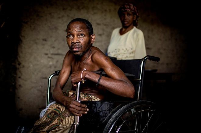 Martins Ibrahimo Musse, ex-combatente do exército colonial, vive em frente a um cemitério da I Guerra transformado em lixeira, Cabo Delgado, Moçambique MANUEL ROBERTO