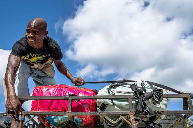 Transporte de mercadorias na travessia do rio Rovuma, da Tanzânia para Moçambique MANUEL ROBERTO