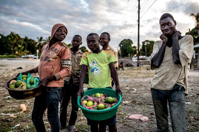 Vendedores de fruta no cruzamento de Auasse, Cabo Delgado, Moçambique MANUEL ROBERTO