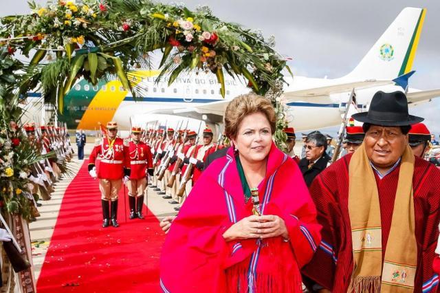 A presidente recebeu uma manta típica, que vestiu por poucos minutos, até devolvê-la ao entrar em um carro oficial Foto: Roberto Stuckert Filho