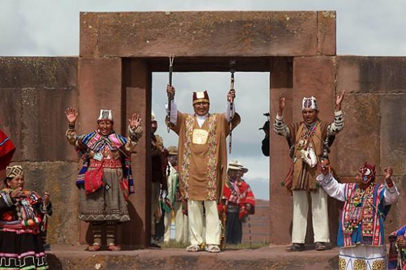 El presidente Evo Morales empuña los dos cetros de mando que simbolizan a los espíritus de las montañas, tras la ceremonia de investidura indígena, ayer. - Efe Agencia