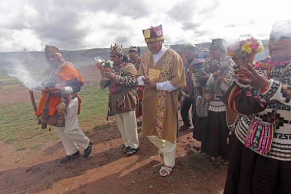 El presidente Evo Morales en uno de los actos de purificación junto a los amautas, ayer en la ceremonia de Tiahuanaco. - Efe Agencia